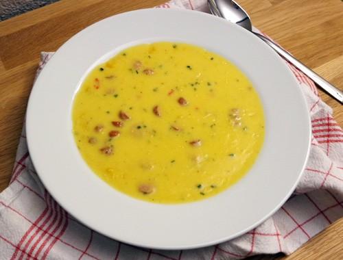 Cremige Kartoffel-Mais-Suppe mit Paprika & Würstchen
