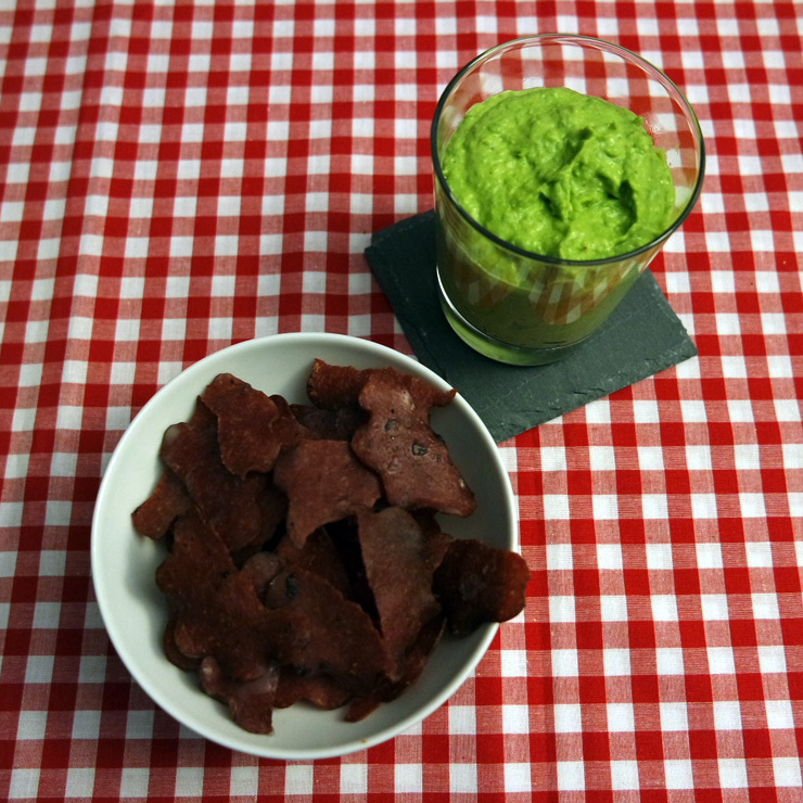 Salami-Chips mit Erbsen-Dip