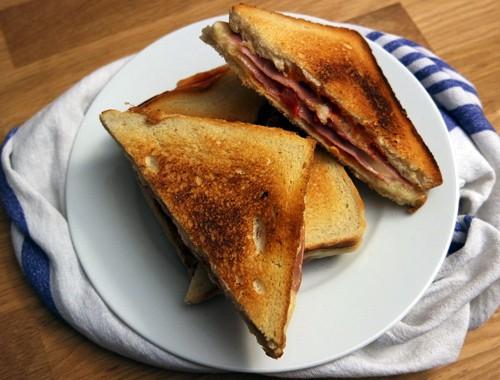 Grilled Sandwich aus der Pfanne mit Schinken und Käse
