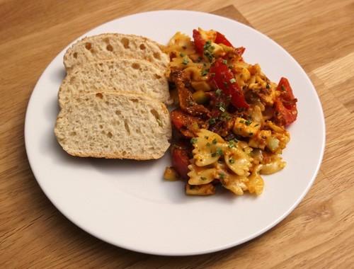Italienischer Nudelsalat mit Tomaten mit Mozzarella