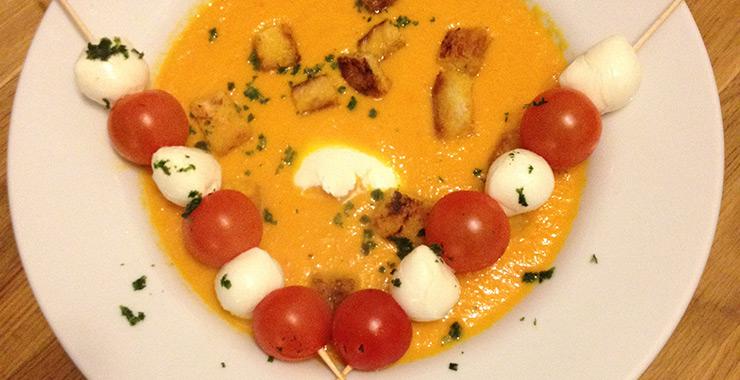 Karotten-Paprika-Suppe mit Tomaten-Mozzarella-Spießen und Croûtons