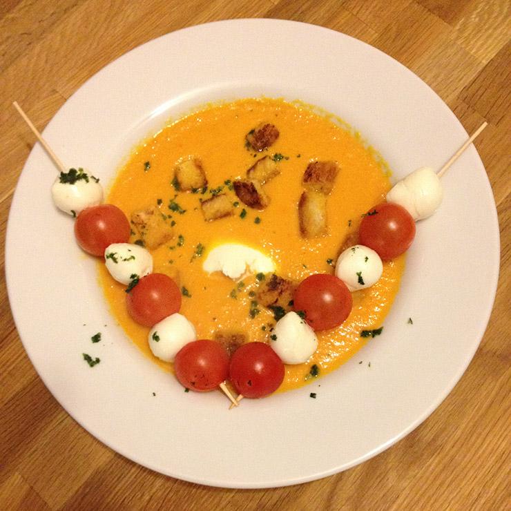 Karotten-Paprika-Suppe mit Spießen und Croûtons