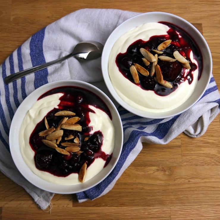 Mascarpone-Creme mit Beeren und Mandeln