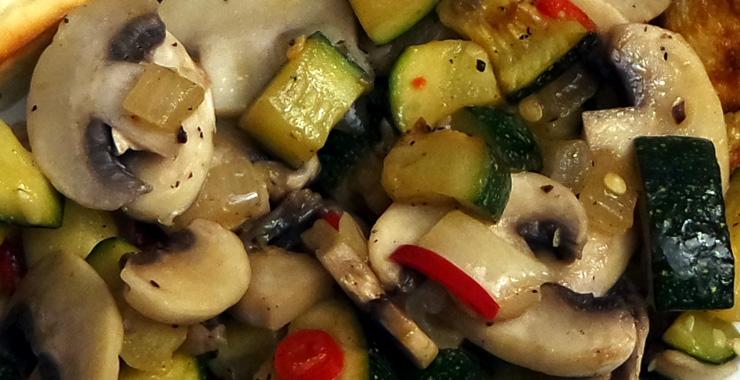 Schnelle Gemüsepfanne mit Champignons und Zucchini