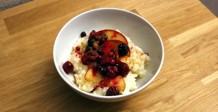 Milchreis mit Zimt und Früchten
