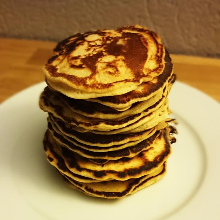 Pancakes mit Beeren und Vanillesoße