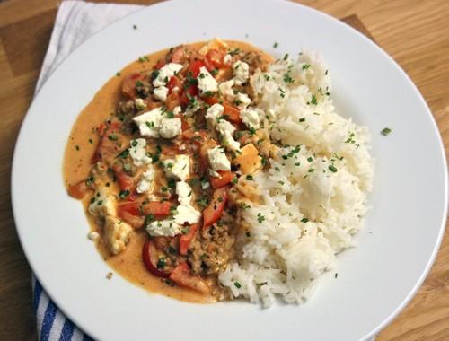 Einfache Paprika-Hack-Pfanne mit Reis und Feta