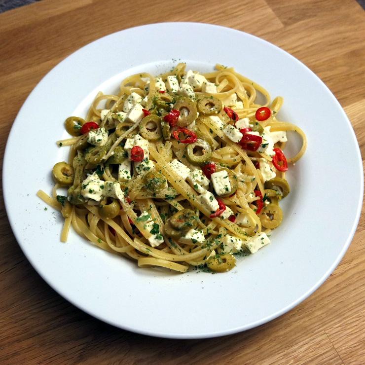 Schnelles Nudelrezept: Linguine mit Oliven, Feta und Chili