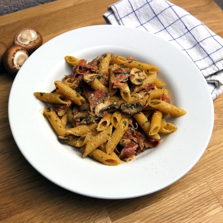 Schnelles Nudelrezept: Penne mit Champignons, Schinken und Parmesan