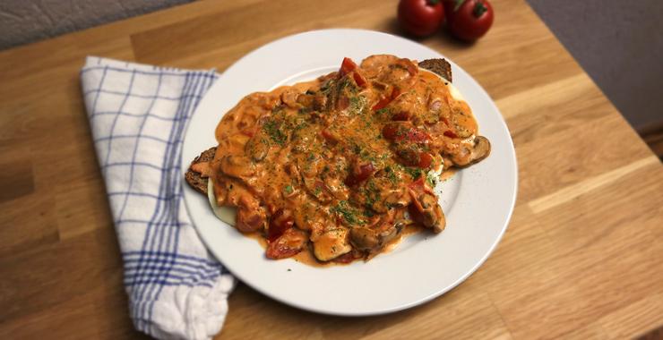 Spiegelei-Brot mit Tomaten & Champignons